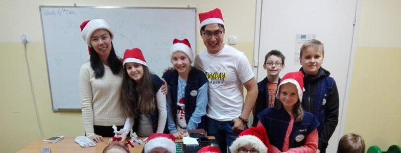 Mikołaj z wolontariuszami z Chin