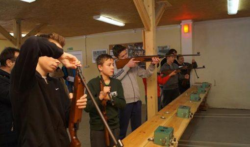 Uczniowie klasy 7a na strzelnicy w Zespole Szkół