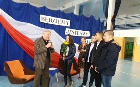 Spotkanie klas ósmych z byłym więźniem Auschwitz panem Bogdanem Bartnikowskim.