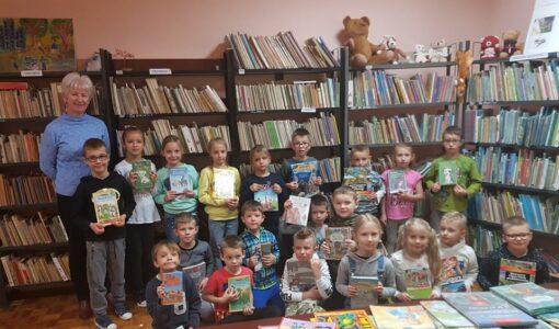 Klasy pierwsze z wizytą w bibliotece szkolnej.