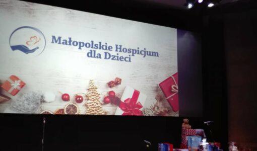 Wolontariusze SP nr 1 z przedstawieniem dla podopiecznych Małopolskiego Hospicjum dla Dzieci.
