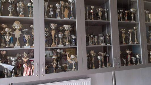 220 sportowych pucharów znalazło swoje honorowe miejsce w naszej szkole!
