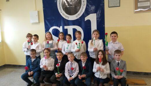 100 róż na 100-lecie Urodzin Patrona Szkoły Podstawowej nr 1 Krzysztofa Kamila Baczyńskiego