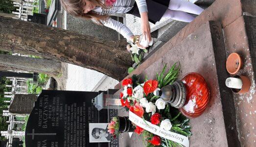 Kwiaty złożone na grobie naszego patrona